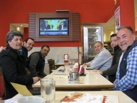 """Ruben (à droite) et ses collègues de travail venus de Tucuman à Buenos Aires. """"Si le rugby n'est pas populaire, c'est parce qu'il est vu comme un sport de la classe supérieure"""". Dimanche 18 octobre, Argentine vs Irlande, dans une pizzeria Continental de la Avenida de Mayo."""